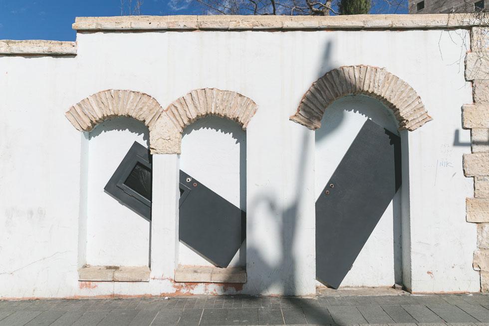 הדלתות שהציב אוקטבי סרה על קיר רחוב יפו אינן יכולות להיפתח במציאות אלא רק במחשבה. 20 אמנים מחו''ל חברו ל-21 יוצרים מקומיים לשבועיים של עבודה אינטנסיבית במרחב העירוני הירושלמי (צילום: ילנה קווטני)