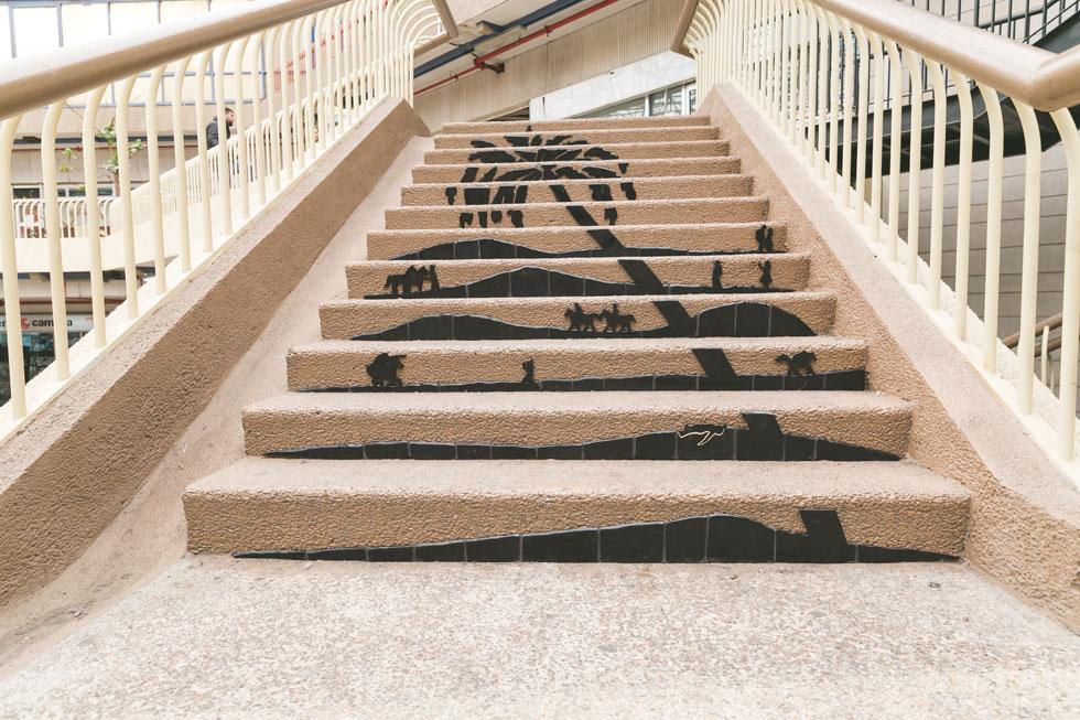 על המדרגות בבניין כלל יצרה גליה ארמלנד עבודת פסיפס במחווה לאבשלום פיינברג, ממייסדי ניל''י. מקום קבורתו התגלה בזכות עץ דקל שנבט מהתמרים שנשא עמו כשנורה (צילום: ילנה קווטני)