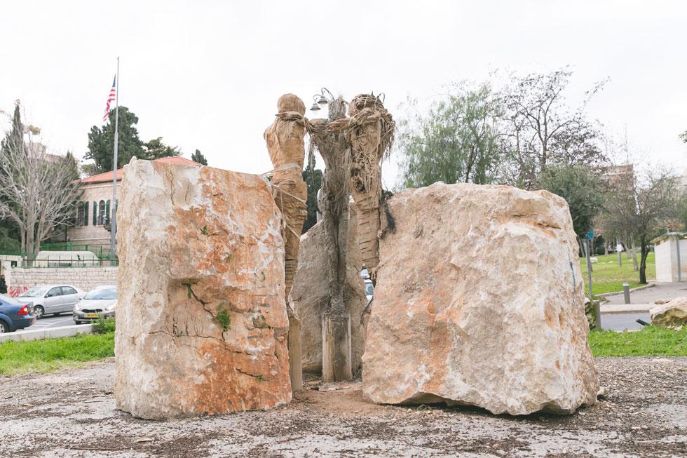 שלושה פסלי עץ שיצר חואקין חארה מברצלונה, ומבטאים מפגש בין האסלאם, הנצרות והיהדות (צילום: ילנה קווטני)