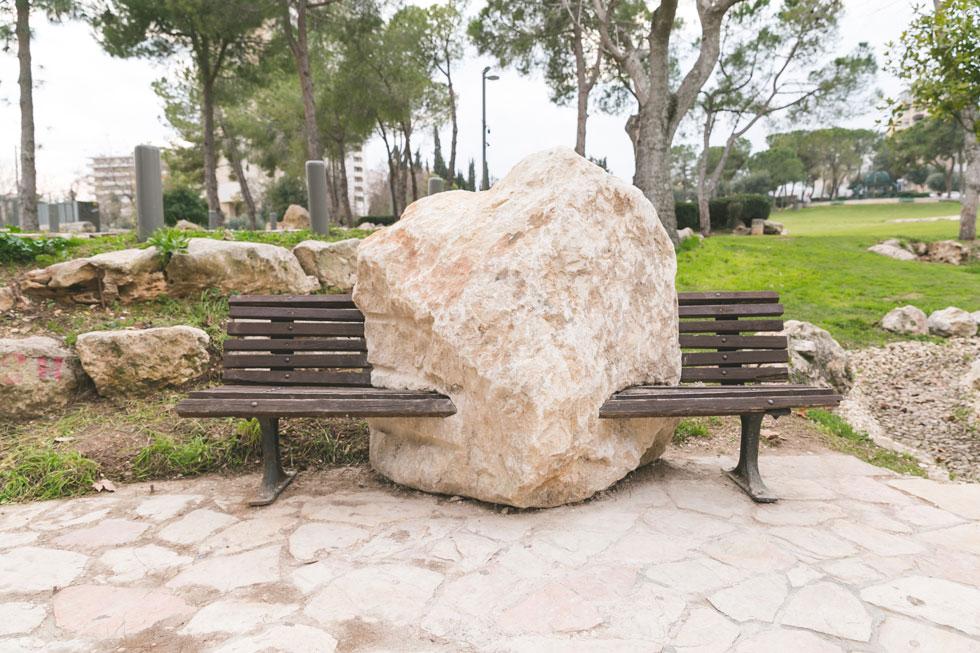 מייקל בייטס מקולורדו חצה ספסל בגן העצמאות, והציב במרכזו סלע גדול. האם הוא יתאים לצעירים שבאים לגן לפגישות ראשונות? (צילום: ילנה קווטני)