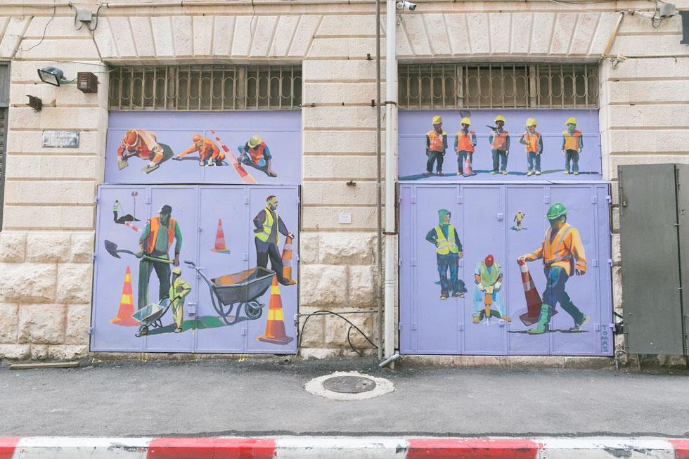 """חלק מהעבודות יוסרו בעוד כמה חודשים, אחרות יישארו. איורים של תומס גולדשמיט, חבר """"המפעל"""" (צילום: ילנה קווטני)"""