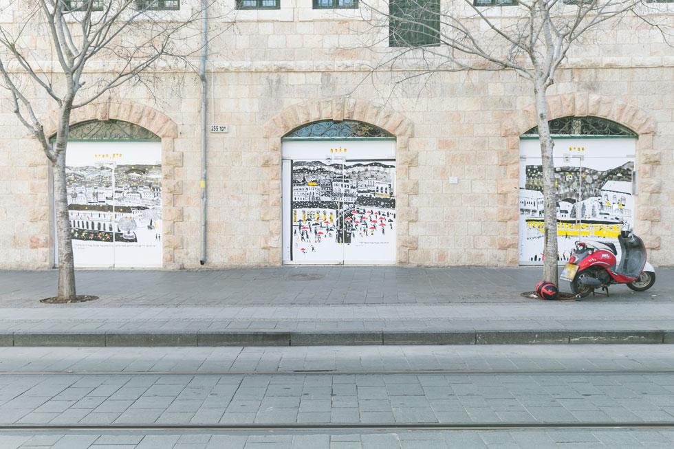 איורים של עמית טריינין בפתחים הגדולים של ''בית סיידוף''. ארבע עונות השנה בירושלים, בהשראת סיפורי ילדות (צילום: ילנה קווטני)