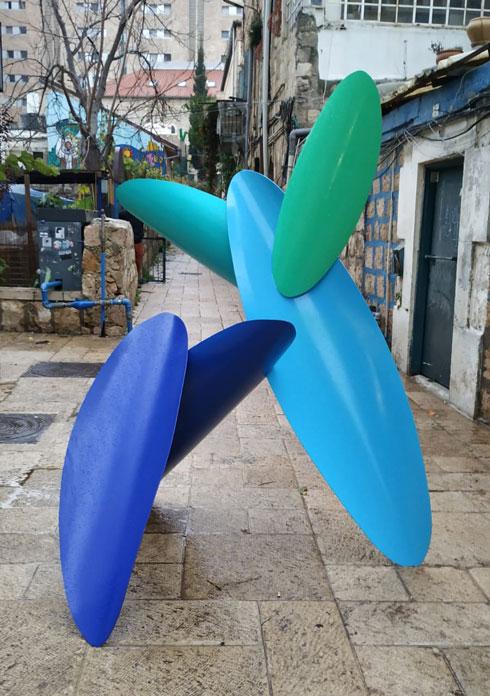 ''מלצ'יק'', פסל משותף של מעצב ישראלי ומעצב אופנה ופסל ממוסקבה, שמכניס לשכונה השנייה שנבנתה מחוץ לחומות ''הומור, צבע וחיות'' (צילום: דניאל נחמיאס)