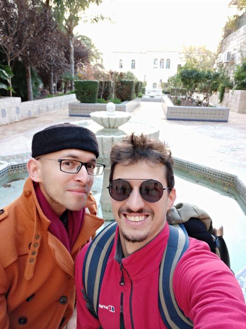 היוצרים דניאל נחמיאס ורומן ארמקוב, מחוץ למתחם ''המפעל'', שבו שהו האמנים שהגיעו מחו''ל למשך שבועיים (צילום: דניאל נחמיאס)