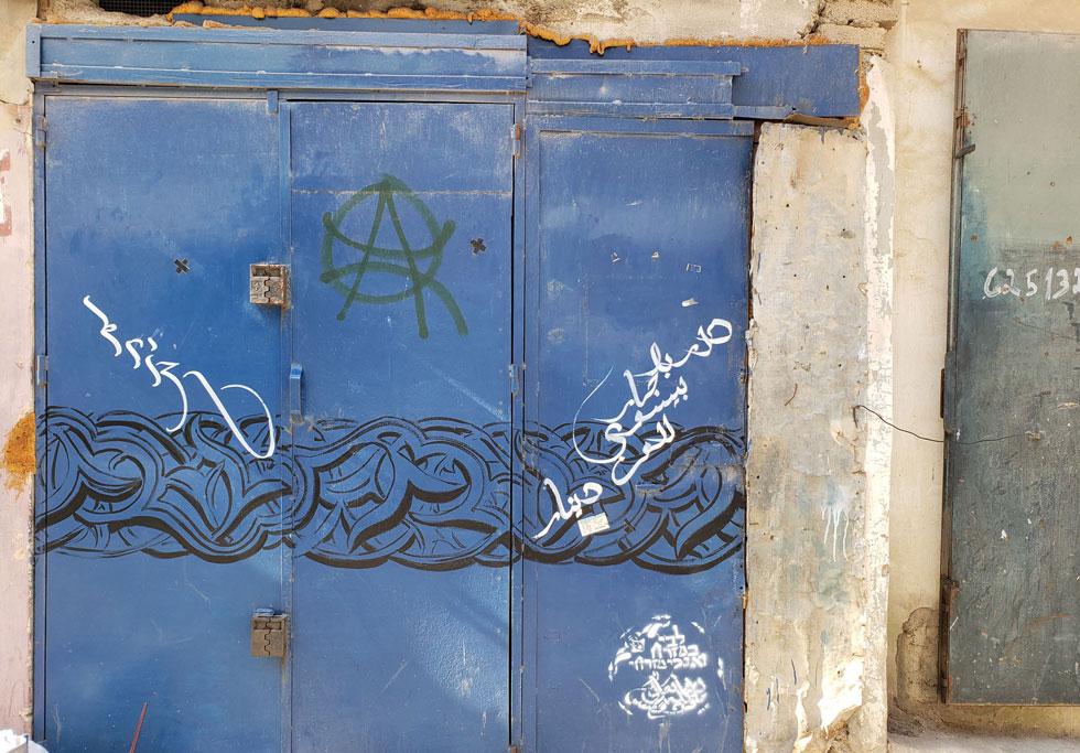 לינור מזרחי-כהן, אמנית אמריקאית ממוצא יהודי-חלבי, עיטרה קירות, חלונות ודלתות בקליגרפיה ואורנמנטים שמקורם בתרבות האסלאם, אך הם גם נטועים בנחלאות (צילום: Lenore Mizrachi-Cohen)