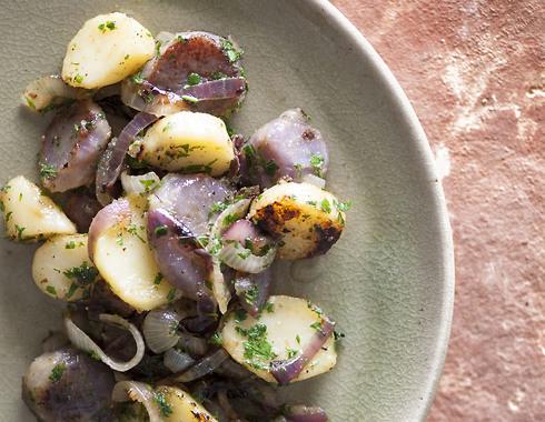 תפוחי אדמה במחבת עם בצל ופטרוזיליה (צילום: דני לרנר, סגנון: חמוטל יעקובוביץ')