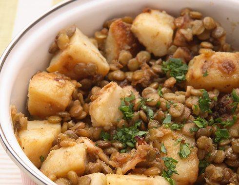 תבשיל תפוחי אדמה ועדשים (צילום: כפיר חרבי, סגנון: דלית מרחב)