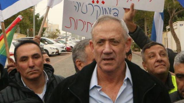 Benny Gantz with Druze protesters outside his home (Photo: Motti Kimchi)