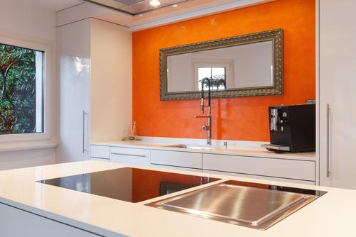 Зеркало на кухне рискует быть вечно в пятнах. Фото: shutterstock