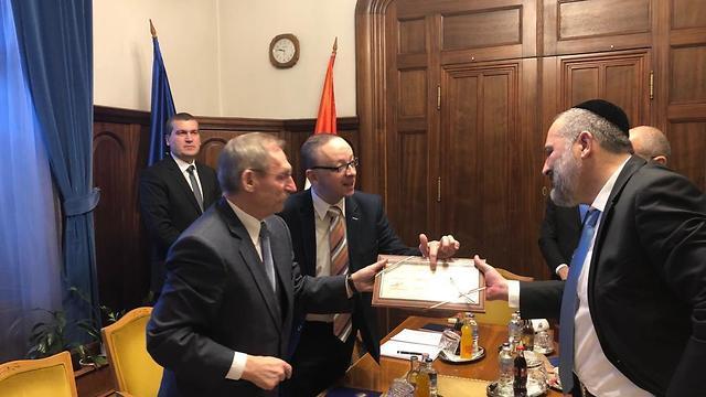 אריה דרעי בפגישה עם שר הפנים ההונגרי ()