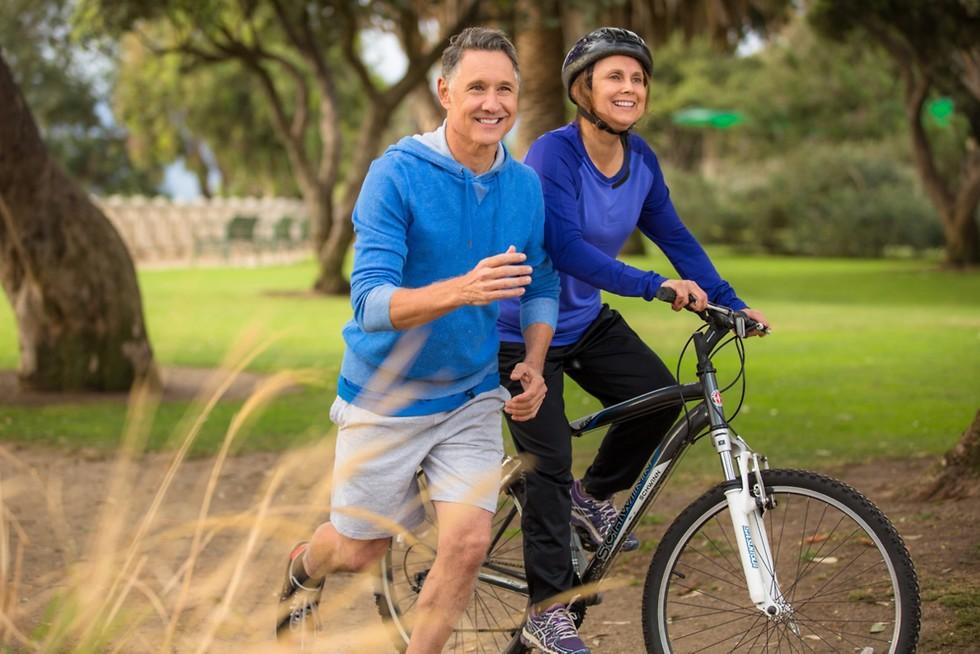 זוג הורים בזמן פעילות גופנית ()