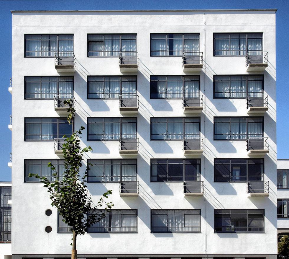 החזית האחורית של בית הספר, עם מרפסות הדירות (צילום: Shutterstock)