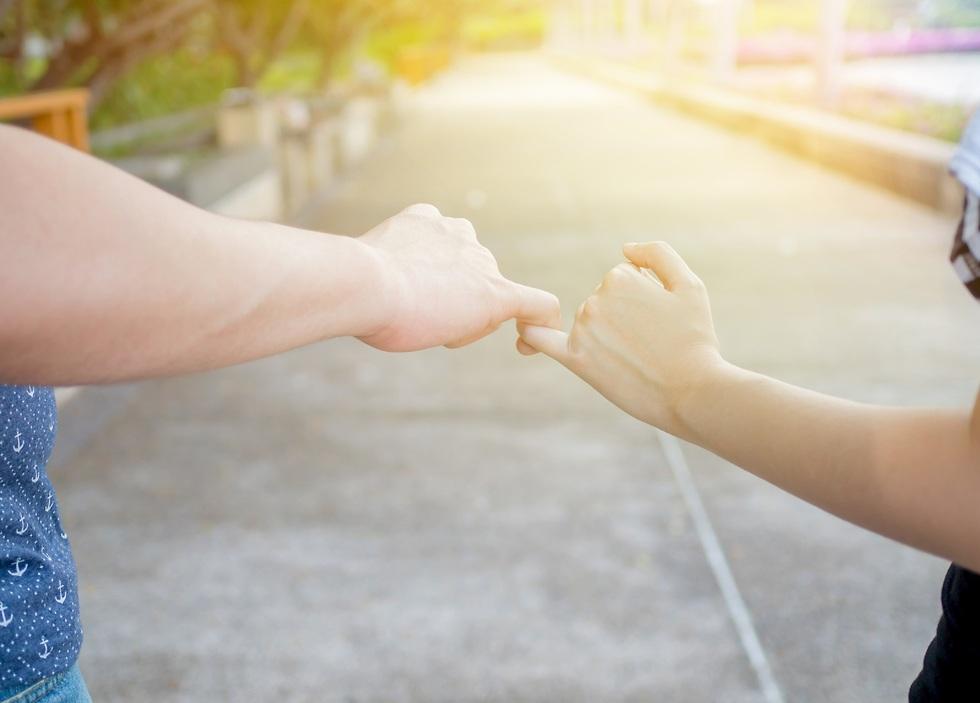 יד של מבוגר וילד אוחזים זרתות  ()