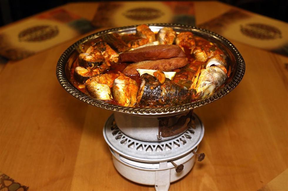 השף אבי לוי מכין אוכל מרוקאי (צילום: גיל יוחנן)