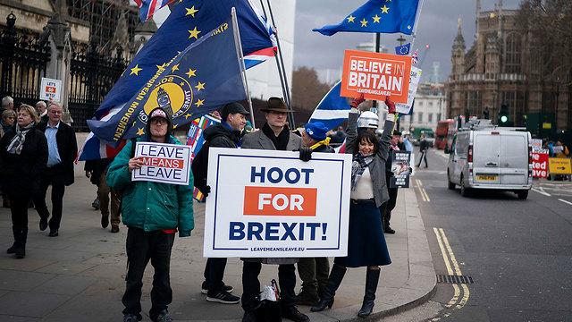 מתנגדי ותומכי מול ה פרלמנט ב לונדון בריטניה (צילום: EPA)