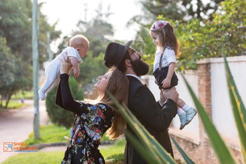 """יוכבד רסקין ומשפחתה. """"אפשר לקבל מאיתנו מענה גשמי ורוחני בכל שעה ובכל דקה"""" (צילום: שירה הרשקופ)"""