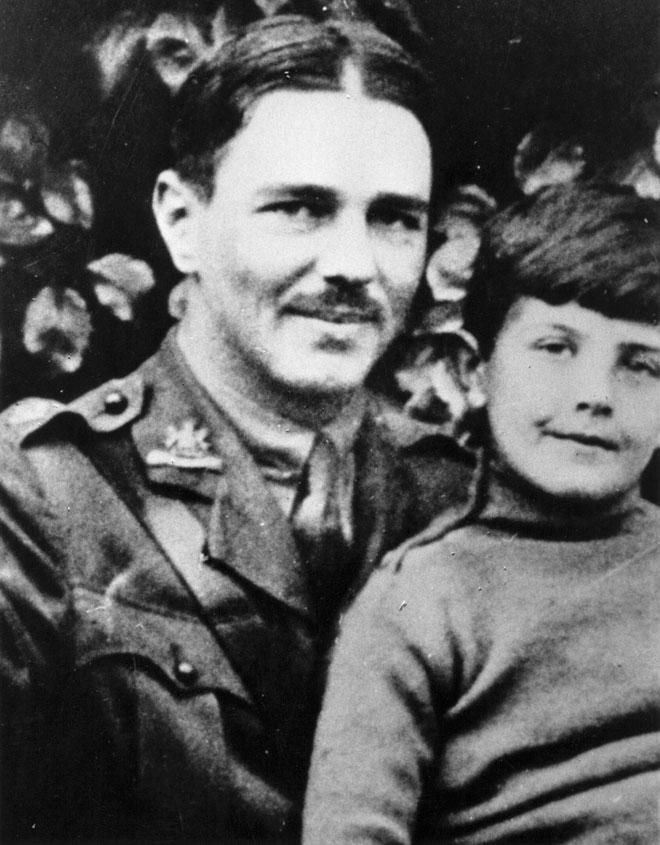 """אוון במהלך המלחמה עם נער בלתי מזוהה. """"כל רגע עלול פגז לחסל אותנו"""" (צילום: Evening Standard/GettyimagesIL)"""