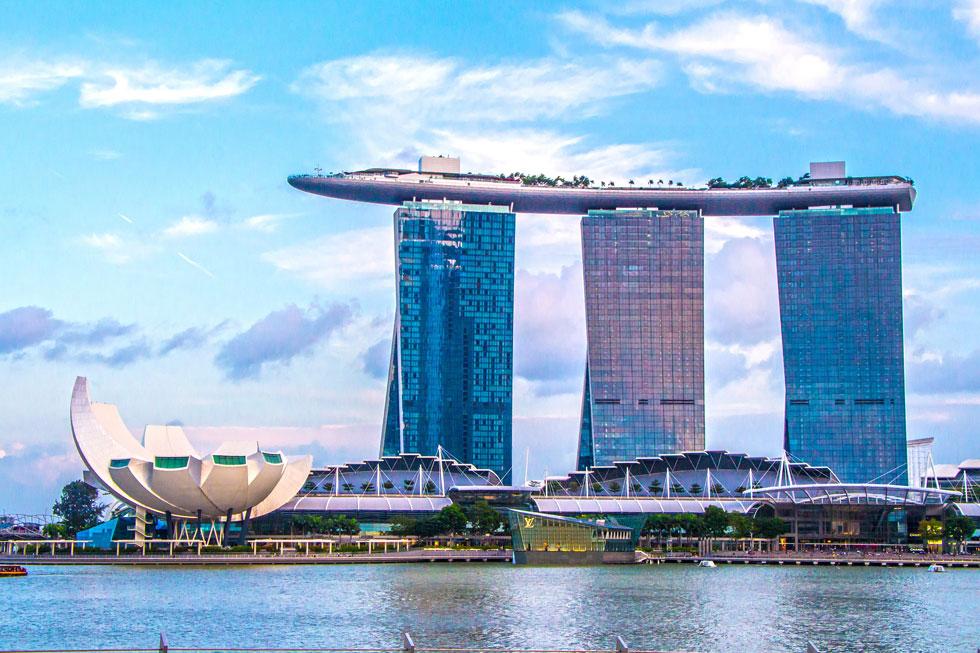 בשנים האחרונות הוא מתמקד במבני ראווה בסינגפור, כמו ''מרינה ביי סנדס'' שבמרומיו בריכת שחייה מסחררת. בקרוב גם שדה תעופה סמוך (צילום: Shutterstock)
