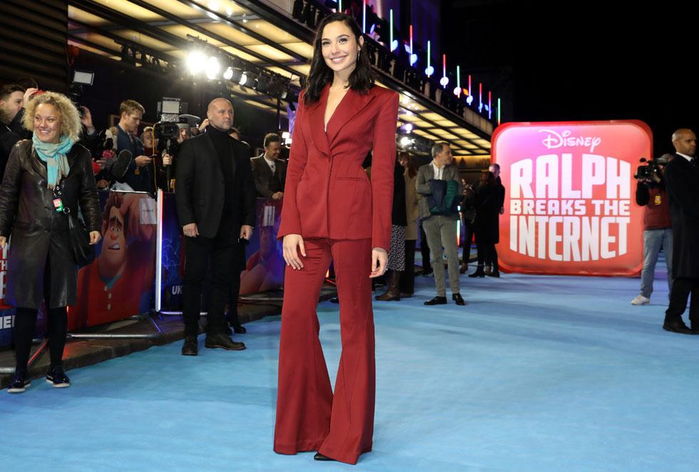 """המלכה הבלתי מעורערת גל גדות, הדגימה שליטה מלאה בטרנד החליפות באירוע הבכורה האירופאי של הסרט """"ראלף שובר את האינטרנט"""" - אשר התקיים בלונדון (צילום:  Tristan Fewings/GettyimagesIL)"""