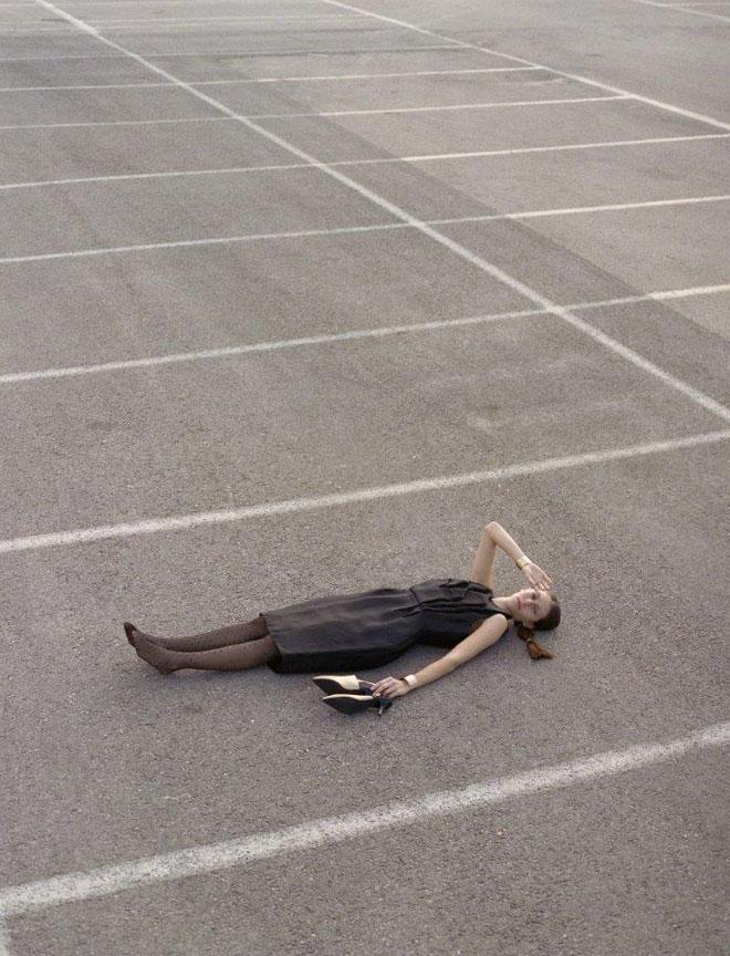שמלת משי, 1,800 שקל במקום 4,800 שקל, מריה ברמן | נעליים, 480 שקל במקום 980 שקל, NOON (צילום: שלו אריאל)
