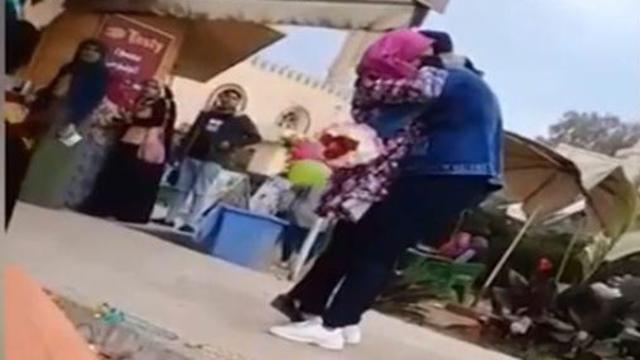 סטודנטית ב מצרים סולקה מהלימודים בגלל חיבו ()