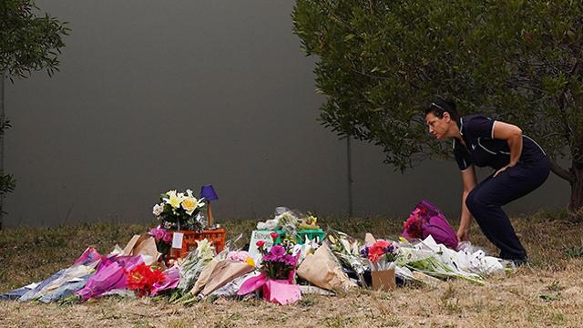 פרחים פינת זיכרון ל איה מסארוה ליד מרכז קניות ב מלבורן אוסטרליה (צילום: EPA)