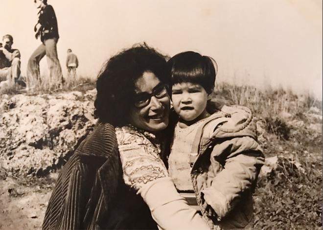 אמא אילנה ואני בטיול ט״ו בשבט ונטיעות. מנצלת את הבמה כדי לאחל לה מזל טוב ובריאות לרוב (צילום: אלבום פרטי)