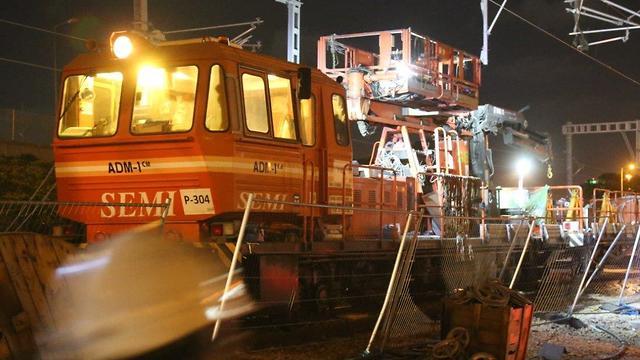 עבודות חישמול ברכבת ההגנה (צילום: מוטי קמחי)