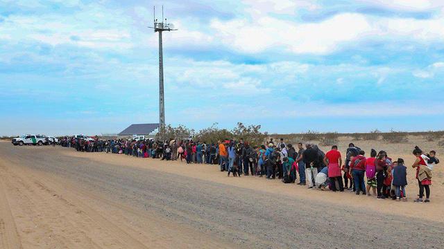 מאות מהגרים חוצים באופן לא חוקי את הגבול ממקסיסקו לארה