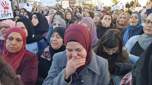 אחיותיה של הנרצחת מאוסטרליה איה מסארוה, בהפגנה בבקה אל גרביה בעקבות מותה ()