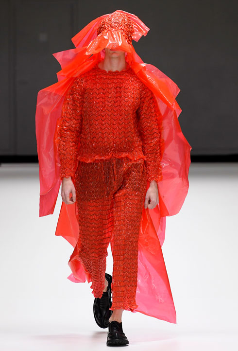מעצב בגדי הגברים הבריטי קרייג גרין, שזכה זו השנה השלישית לפרס מעצב השנה בממלכה, ממשיך גם בחורף 2019-20 בחיפוש אחר צלליות מסקרנות וחומרים חדשים, כמו בגדי הפלסטיק הצבעוניים ששיגר אל המסלול. בעיר גשומה כמו לונדון, זה יותר מהכרחי (צילום: rex/asap creative)