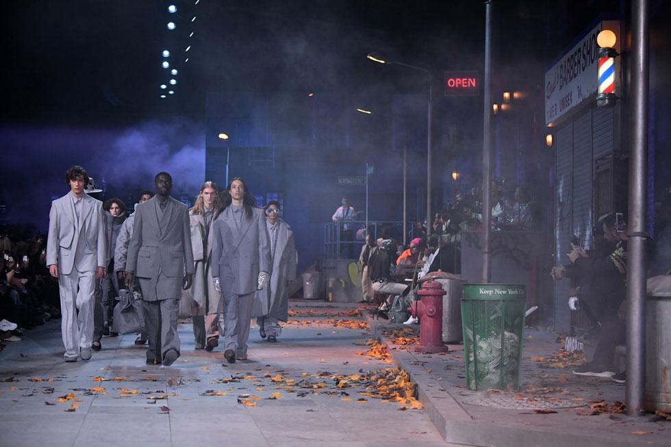 """הקולקציה השנייה של וירג'יל אבלו ללואי ויטון, היתה כולה מחווה למייקל ג'קסון – שבקיץ הקרוב יציינו עשור למותו, ותערוכה סביב דמותו מוצגת כעת בעיר האורות. אבלו העתיק את רחובות מנהטן לפריז וצלח את תסמונת """"הקולקציה השנייה"""", כשעל הפסקול הופקד הזמר איאן איסיאה עם קולו המהפנט (צילום: Pascal Le Segretain/GettyimagesIL)"""