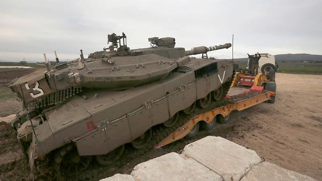 טנק מרכבה בדרכו לרמת הגולן (צילום: AFP)