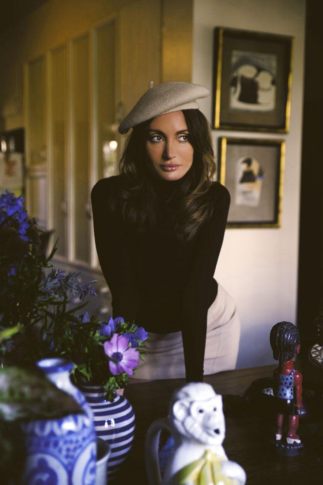 הפקת אופנה במחווה לשרון טייט. סריג, Cos   חצאית וכובע – H&M (צילום: רותם לבל)