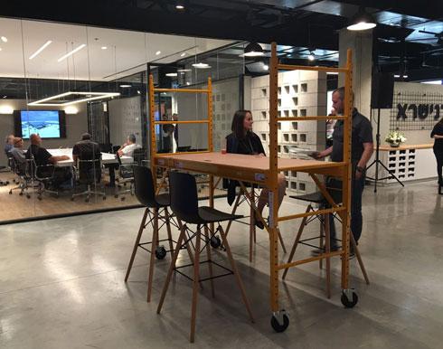 שולחן-בר מפיגום בניין נמצא באזור הקבלה לספקים וקבלנים (צילום: עדי אופנהיים adi openheim)