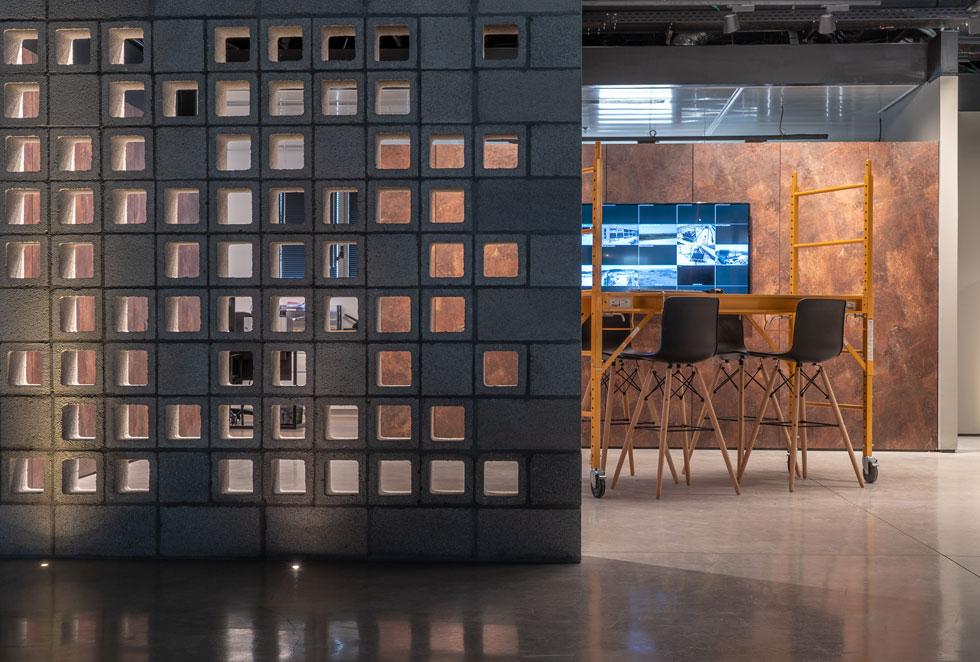 משרדיה של חברת הבנייה הוותיקה '''דנישרא'' נמצאים במבנה השייך לה, באזור התעשייה של ראש העין. האדריכל עדי אופנהיים ביסס את התכנון על בלוק סטנדרטי (צילום: מירי נגלר miri naglaer)