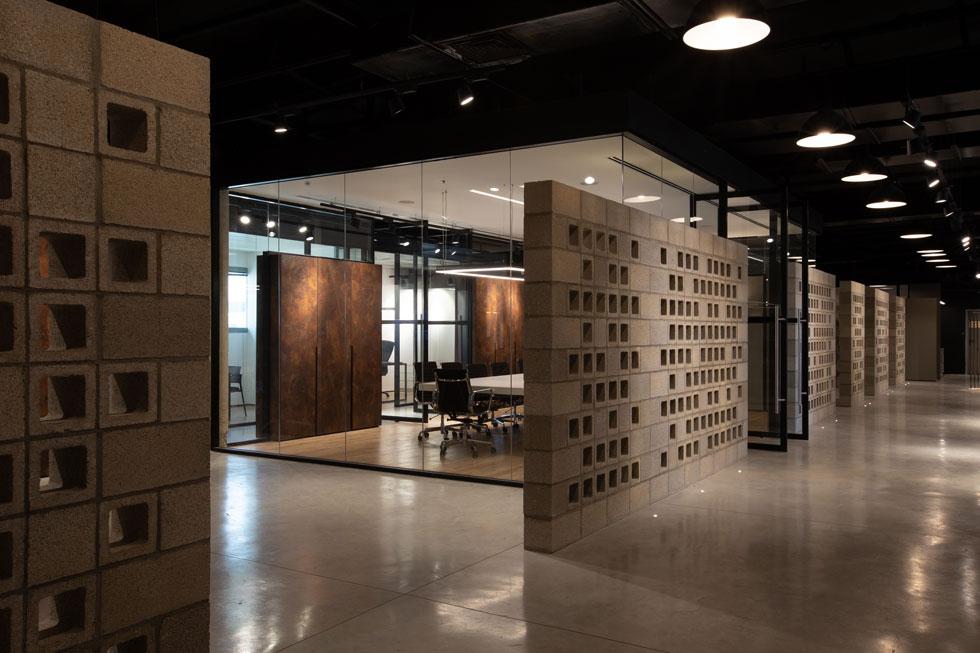 ''מהבלוק הזה מתחיל כל בניין ישראלי'', מסביר אופנהיים, ''אבל במקום לבנות ממנו קירות רגילים, הוא הפך כאן ליחידת בסיס שממנה בנינו קיר משרבייה מודרני'' (צילום: מירי נגלר miri naglaer)