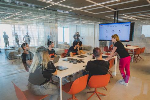 צבע מכניסים הכסאות בחדרי הישיבות השקופים - והעובדים (צילום: ויקטור לוי)