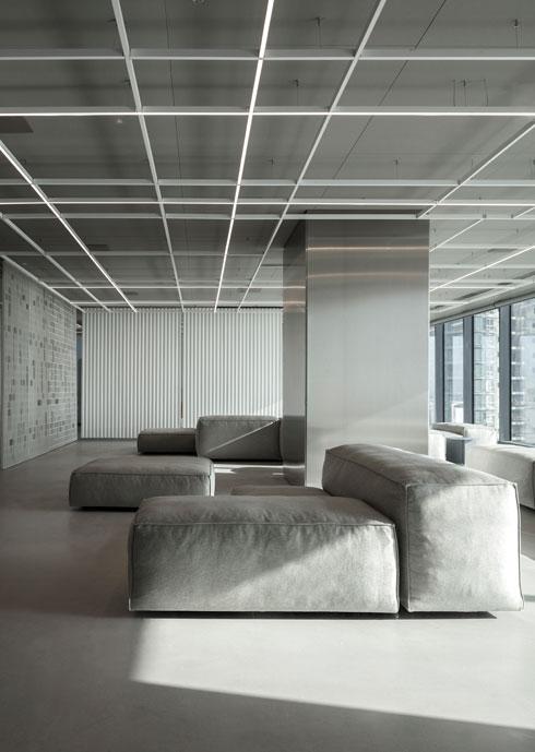 ''רצינו להתרחק מהמראה השולט במשרדי היי-טק, זה של פינות צבעוניות ומנורות תלויות'' (צילום: עמית גרון)