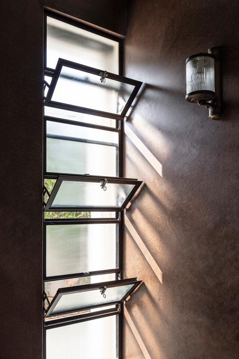 פרופיל בלגי שחור בכל החלונות (צילום: עמית גרון)