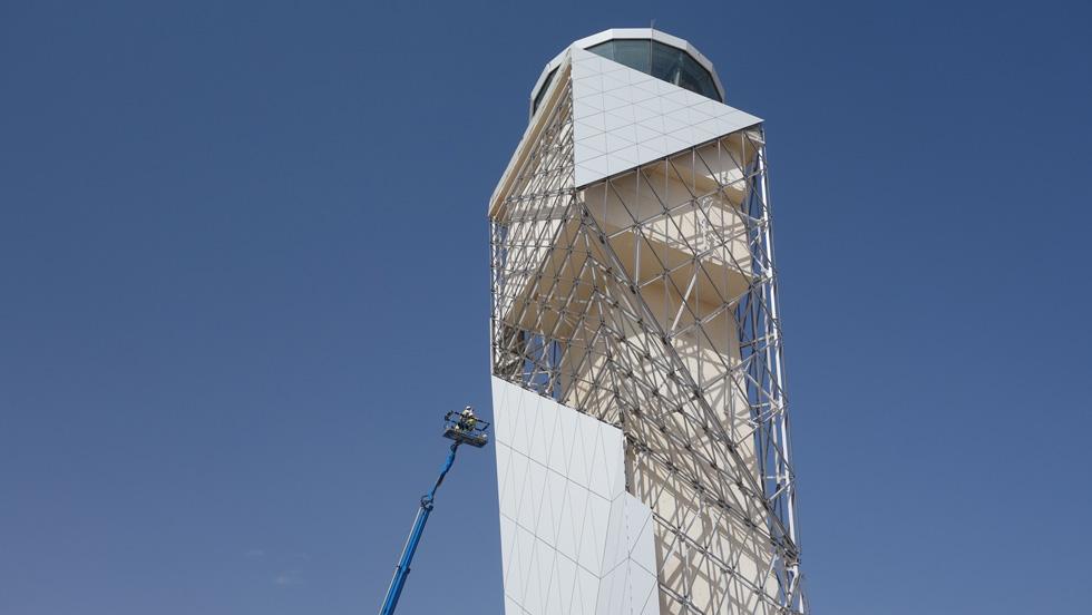 מגדל הפיקוח ממשיך באותו קו עיצובי של אוריגמי משולשים. למעשה, המגדל הוא מלבני, אך המעטפת מנפחת את היקפו (צילום: עינב סיבוני)