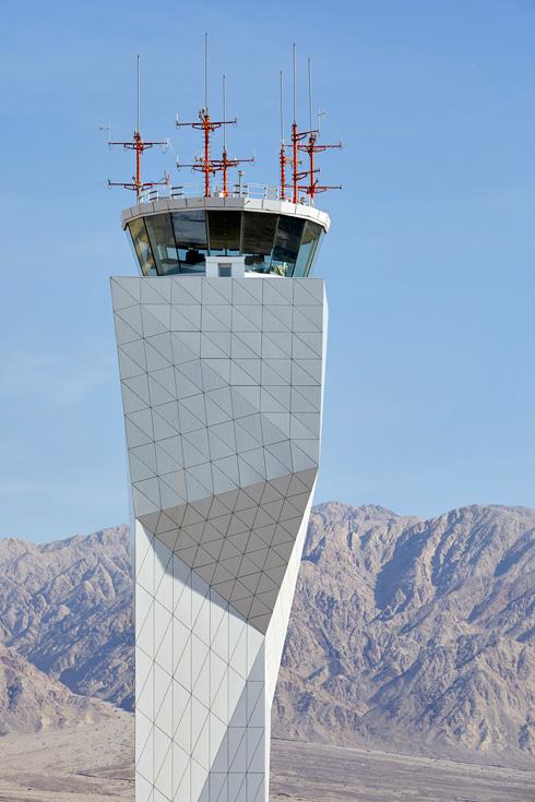 מגדל הפיקוח בחיפוי המשולשים הלבנים, בהתאמה לטרמינל (צילום: Nick Hufton)