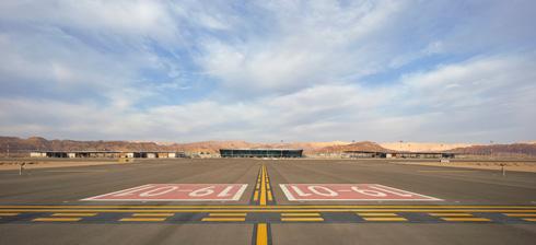 מבט ממזרח אל מסלולי הנחיתה, הטרמינל וכביש הערבה מאחור (צילום: Nick Hufton)