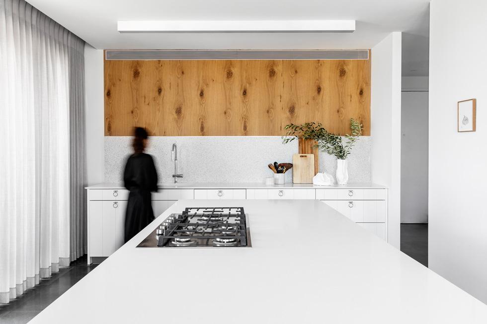 2 פלטות טראצו גדולות שחוברו זו לזו כפס על קיר המטבח. עיצוב: עדי טריפון (צילום: איתי בנית)