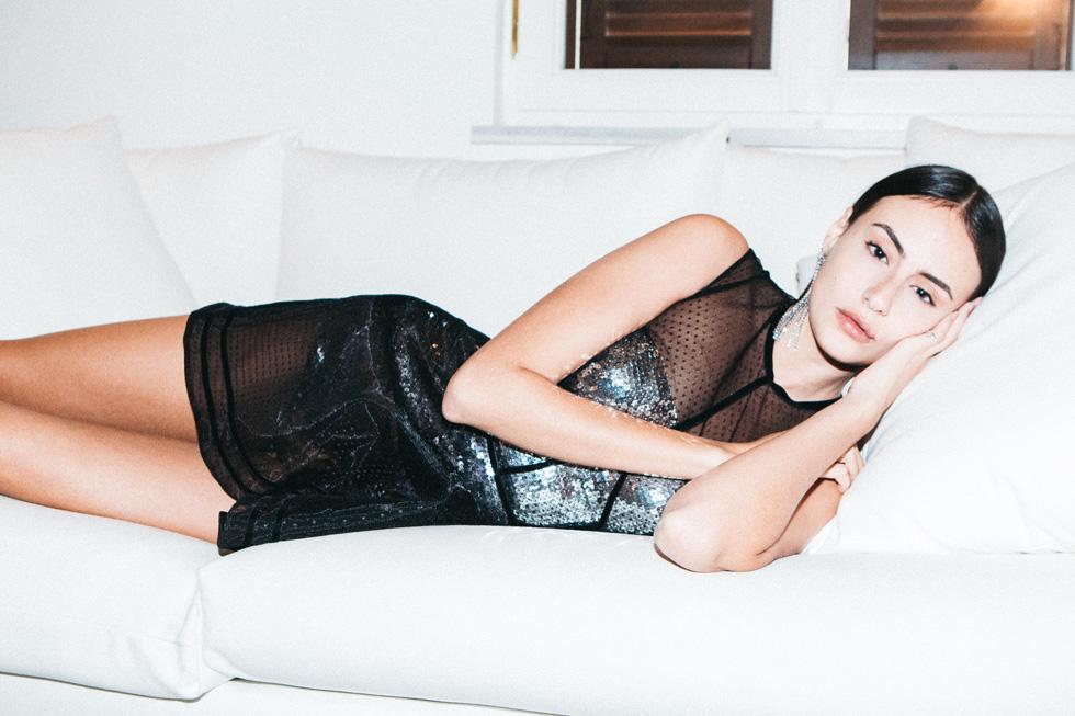 """""""תמיד צילמתי את עצמי ואת הבגדים שלי"""". ליבר בלילתי בביתה, בהפקת אופנה מתוך המלתחה שלה (צילום: עדי סגל)"""