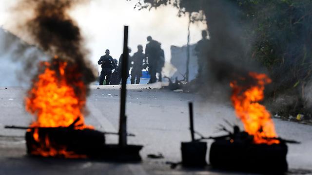 עימותים בין מפגינים ל צבא ונצואלה אחרי ניסיון הפיכה (צילום: AP)