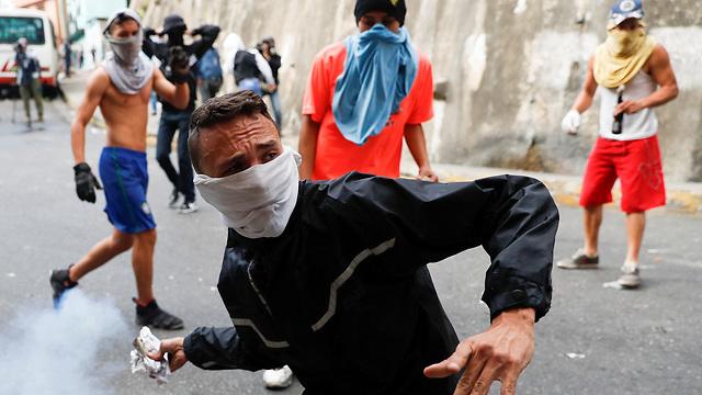 עימותים בין מפגינים ל צבא ונצואלה אחרי ניסיון הפיכה (צילום: רויטרס)