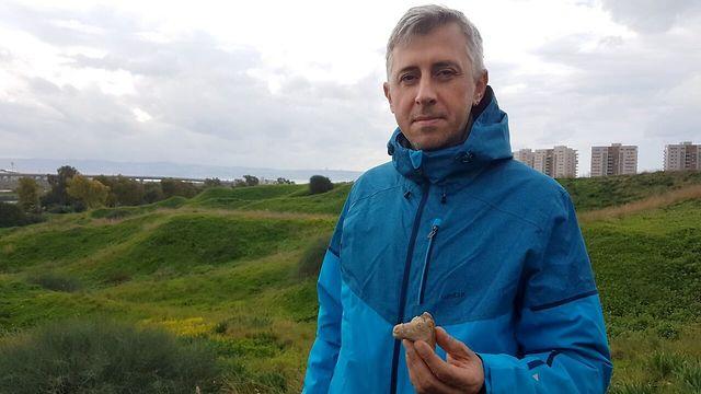 מיכאל מרקין שמצא את הפסלון בעכו (צילום: ניר דיסטלפלד, רשות העתיקות)