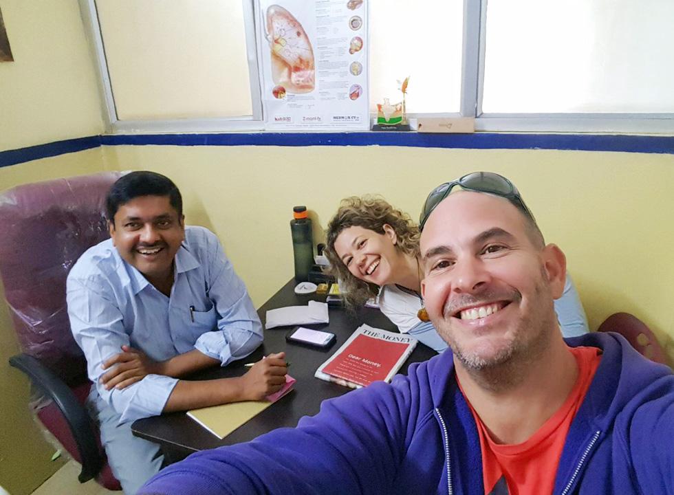 """בהודו, עם אחיה והרופא שטיפל בה. """"נפתח בפניי שער של תקווה"""" (צילום: אלבום פרטי)"""