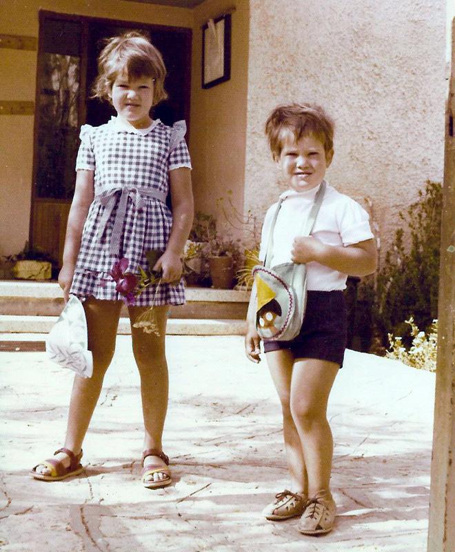 """עם אחיה, ימים ראשונים בישראל. """"אבא אמר שאני צריכה להיות חזקה"""" (צילום: אלבום פרטי)"""